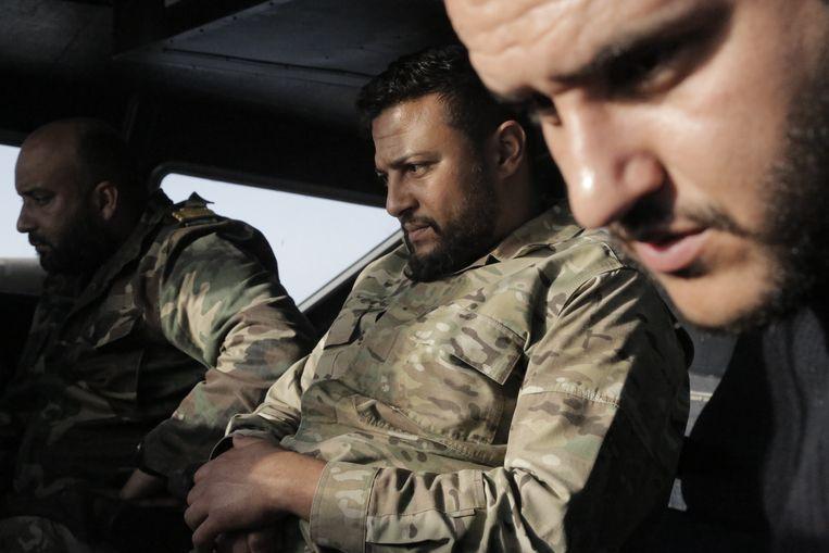 Libische kustwacht kijkt op een monitor of zich opvallende bewegingen op zee voordoen. Beeld Sara Creta