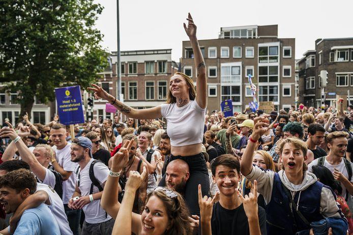 Euforisch en uitgelaten demonstranten op de Catharijnesingel