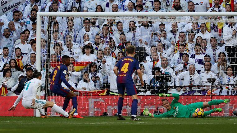 Ook in de Clásico stond ter Stegen pal. Hier redt hij een poging van Bale.