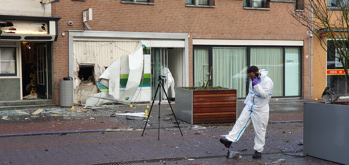 De ravage was groot na de plofkraak op een ABN Amro pinautomaat in Zundert, in de nacht van dinsdag op woensdag,.