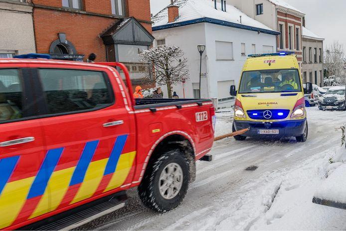 In Rupelmonde (Kruibeke) raakte een ambulance een helling niet op door de sneeuw. Hij kreeg uiteindelijk hulp van de brandweer.