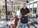 John van Vugt serveert salades op zijn terras; straks weer in de politiek?