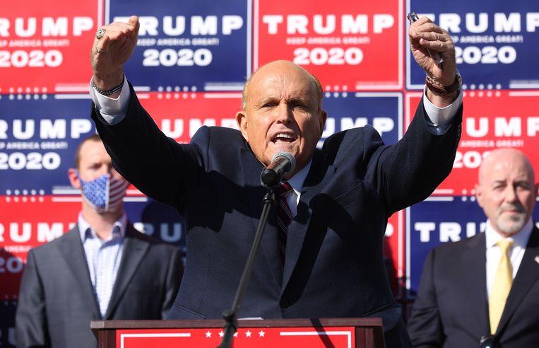Rudy Giuliani tijdens de persconferentie. Beeld EPA
