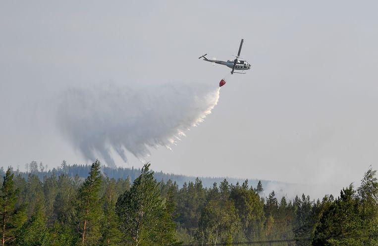 Italiaanse blusvliegtuigen worden ingezet om het vuur te blussen.