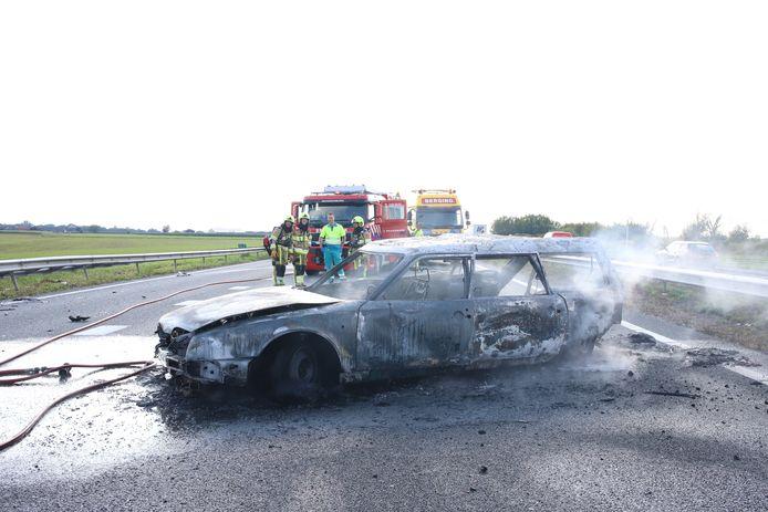 De A15 is deels afgesloten vanwege een ongeluk bij Meteren. Vlak voor de afslag Geldermalsen botsten twee auto's op elkaar. Een voertuig brandde volledig uit. Zover bekend zijn er geen gewonden gevallen.