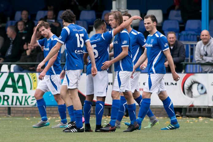 GVVV speler Martin Van Eck scoort de 1-0 voor GVVV en viert dit met zijn team.