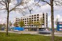 Het toekomstige GR8 hotel in de oksel van de A16 in Breda heeft het hoogste punt bereikt. Maar de bezwaren tegen het hotel en de bijbehorende mast lopen nog steeds.