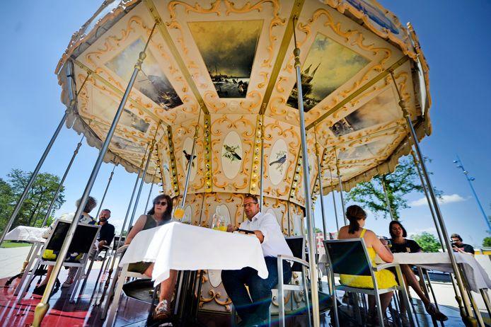 Lunchen en dineren in een draaimolen bij U parkhotel. Het kan zaterdag en zondag op het terrein van de universiteit Twente.