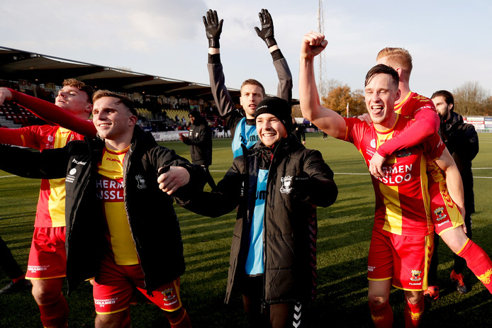 Go Ahead Eagles viert het feestje met de meegereisde fans in Velsen-Zuid