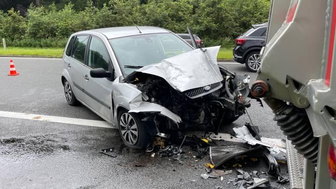 Opnieuw zware crash in Koning Albert I-laan: auto knalt tegen vrachtwagen op pechstrook
