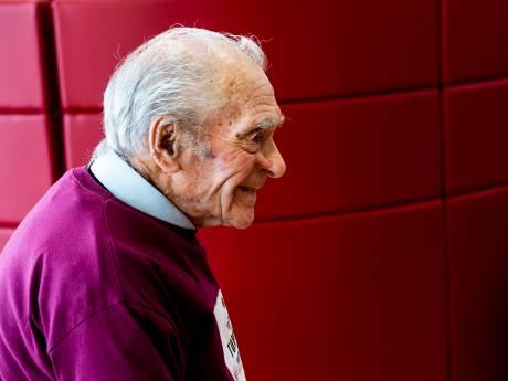 Apeldoornse kinderen op het puntje van de stoel door verhalen van 100-jarige veteraan Tom Hicks