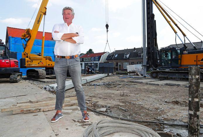 Projectontwikkelaar Bas den Hollander op de Leidsestraatweg in Woerden. Op deze voormalige plek van een wielerzaak komen huizen.