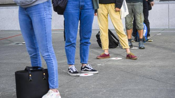 """Le mail polémique d'une école qui interdit """"les décolletés et blouses très courtes attirant le regard masculin"""""""
