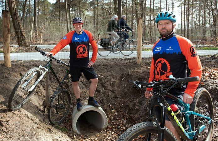 Robert van Oostrum (links) en Dennis Mul van de MTB Utrechtse Heuvelrug bij de nieuwe dassentunnel.