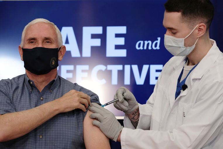 Mike Pence krijgt het coronavaccin toegediend. Beeld REUTERS