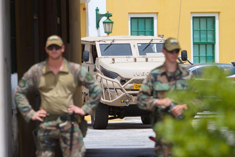 Nederlandse militairen staan wacht bij het het regeringsgebouw Fort Amsterdam. De militairen helpen op Curacao om te voorkomen dat er weer rellen ontstaan. Beeld Hollandse Hoogte / ANP