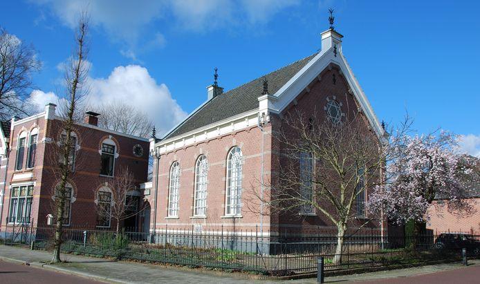 Het ensemble van de synagoge met ernaast de woning voor de chazzan en het Joodse schooltje.