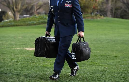 Militair draagt de nucleaire tas (links) bij terugkeer van Donald Trump in het Witte Huis in 2019.