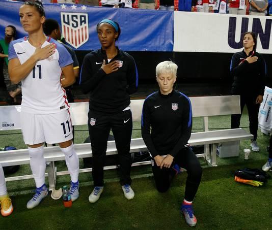 Megan Rapinoe knielt tijdens het Amerikaanse volkslied voor de interland tegen Nederland in Atlanta op 18 november 2016.