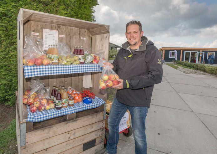 Joris Wisse bij zijn groentenkraam die langs de weg staat