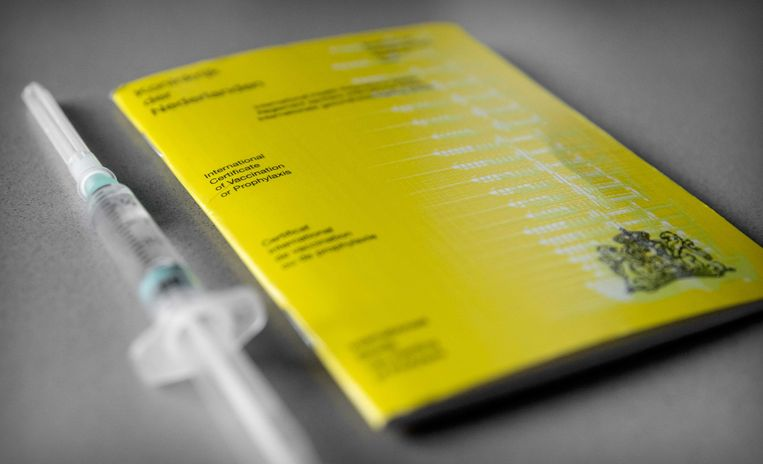 Een geel vaccinatieboekje. In het geval van corona erkennen alleen Duitsland, Oostenrijk en IJsland het boekje als vaccinatiebewijs. Beeld ANP