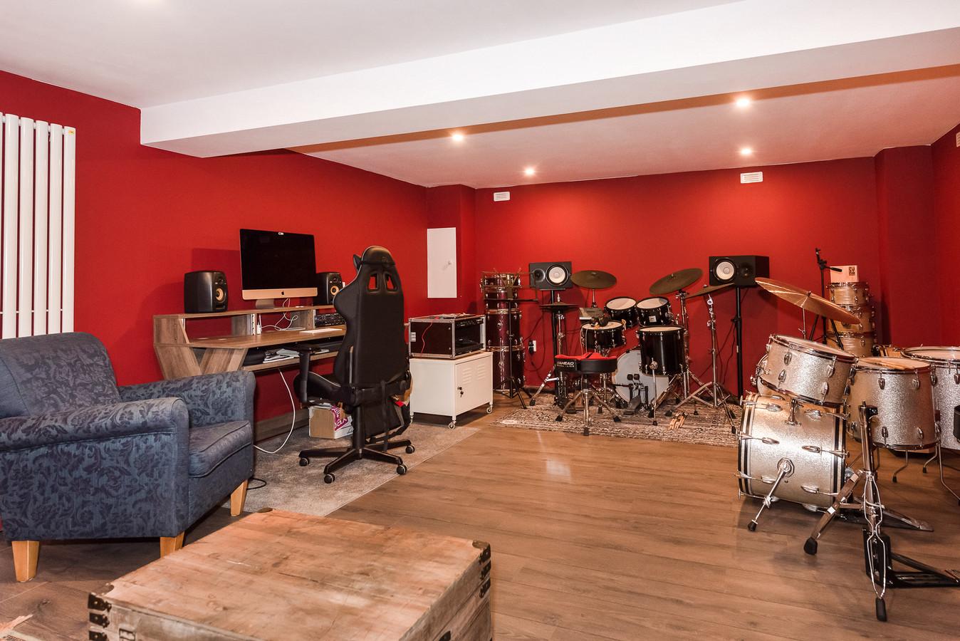 De muziekstudio in de kelder. Deze is 6,5 meter bij 4,5 meter groot en 2,1 meter hoog. Genoeg ruimte dus om ongestoord te jammen.