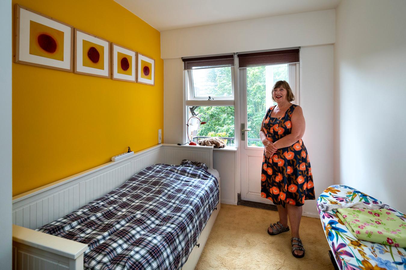 De Arnhemse Helga Stortelder in de kamer die ze gaat verhuren aan een jongere met een rugzakje.