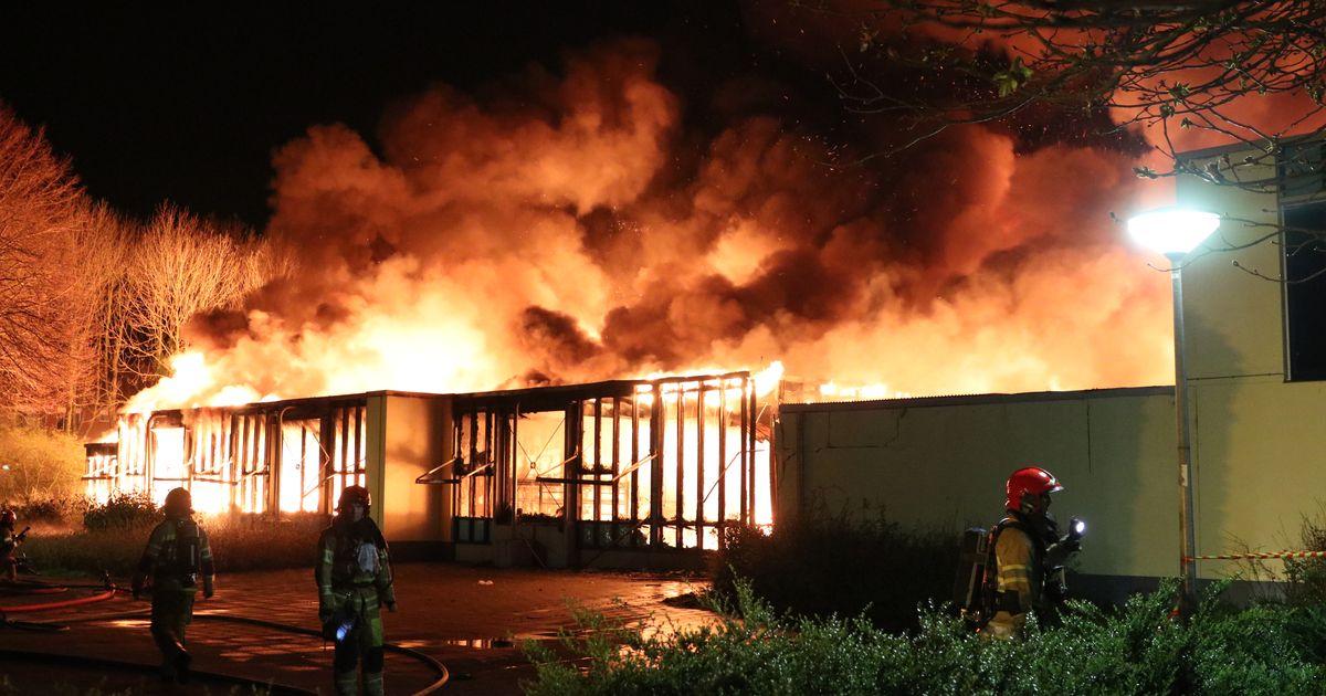 Nederlandse brandweer laat basisschool uitbranden vanwege seniorencomplex vlakbij.