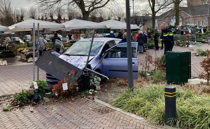 De auto reed dwars door een bloemenkraam, nam een paar bloemenkarren mee en kwam dertig meter verderop tot stilstand tegen een paaltje in een perk van de gemeente.