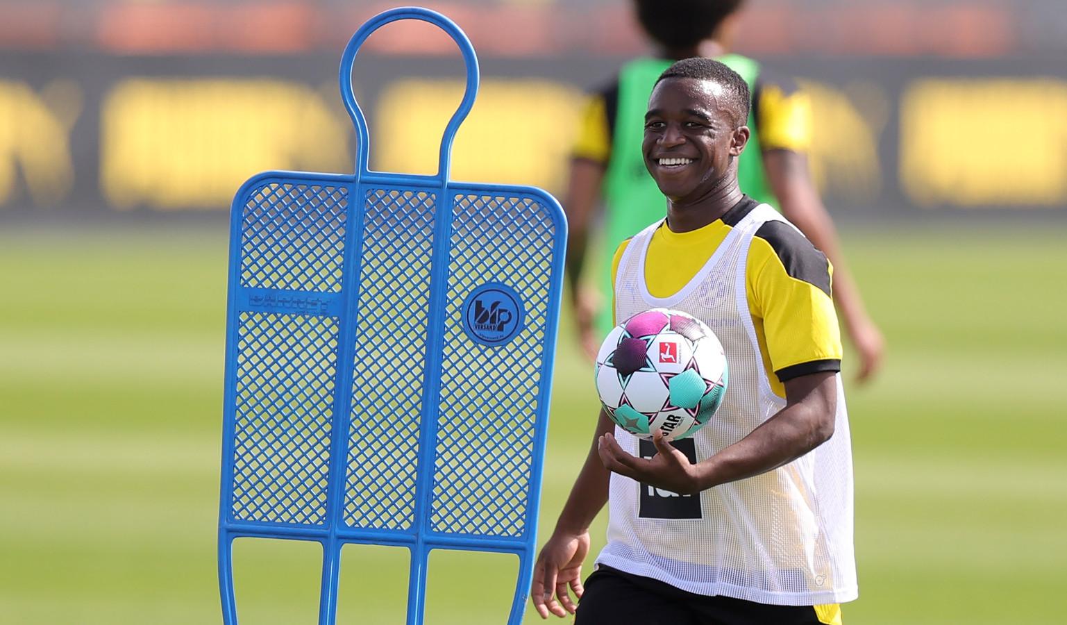 Youssoufa Moukoko op de training van de A-kern van Dortmund.