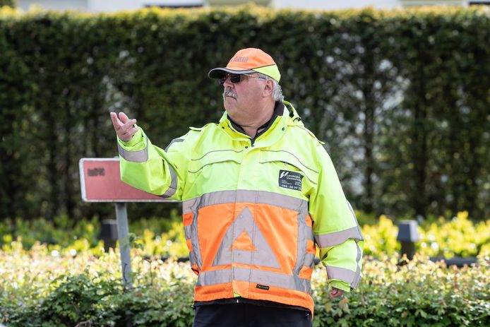 Verkeersregelaar Freddie Niks is één van de mensen die al drie jaar zorgt voor de veiligheid op het zeer drukke kruispunt in Groenlo.