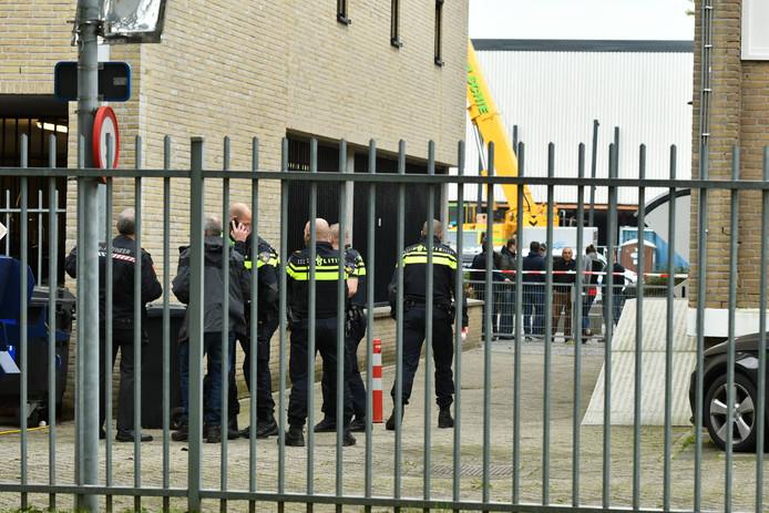 De politie onderzoekt een chemische stof die gevonden in bij het ROC Midden-Nederland aan de Australiëlaan in de Utrechtse wijk Kanaleneiland.