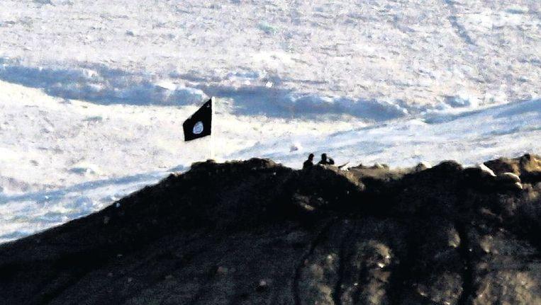 De IS-vlag op een berg bij de Syrische stad Kobani. Beeld epa