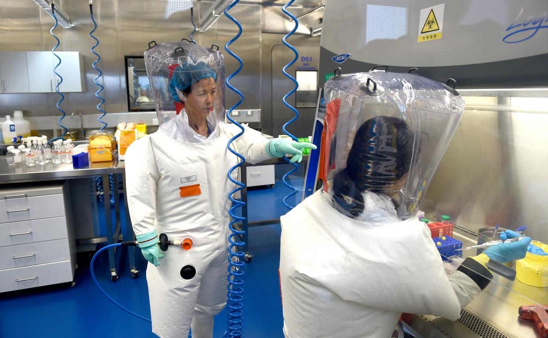 Virologe Shi Zheng-li (links) in het Wuhan Institute of Virology Beeld Barcroft Media via Getty Images