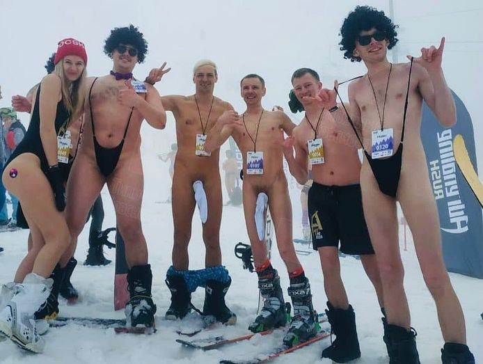 Des skieurs en maillot de bain dévalent les pistes près de la station balnéaire de Sochi, en Russie