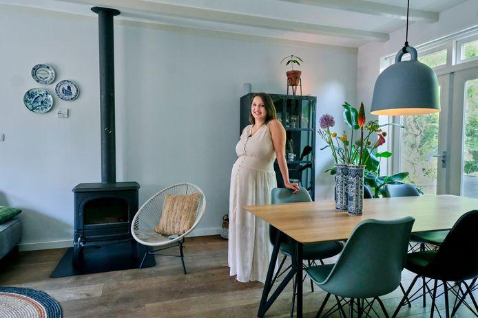 Mieke van Heteren, hoogzwanger van haar derde kindje, houdt van het combineren van oude en nieuwe elementen, zoals de oude kachel en de moderne eethoek.