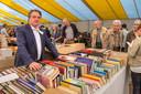 Wim van de Donk, hier was hij nog commissaris van de koning, was jaarlijks als vrijwilliger te vinden op de rommelmarkt.