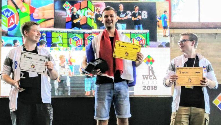 Winnaar Mats Valk in het midden, met tweelingbroers Philipp en Sebastian Weyer uit Duitsland. Zij werden tweede en derde met een gemiddelde van respectievelijk 7.36 en 7.37 in de finale. Beeld Mats Valk