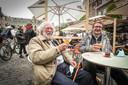 Hubert Vijeyken is 90 jaar en geniet tussen al dat jonge geweld van een tripel Karmeliet.