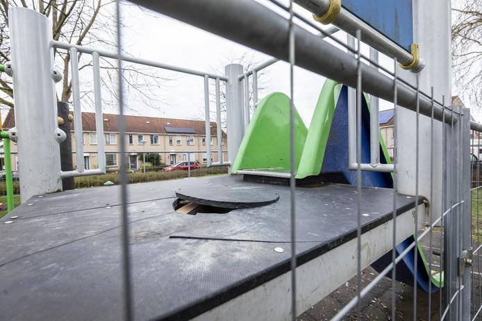 Rondom het speeltuintje aan de Zwaluwtong in Nijverdal zijn hekken gezet door de gemeente Hellendoorn. Het plateau van de glijbaan is rond de jaarwisseling vernield met vuurwerk en de gemeente vindt dat bewoners beter toezicht hadden moeten.