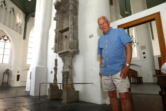 Henk de Valk bij het sacramentshuis in de Petruskerk.