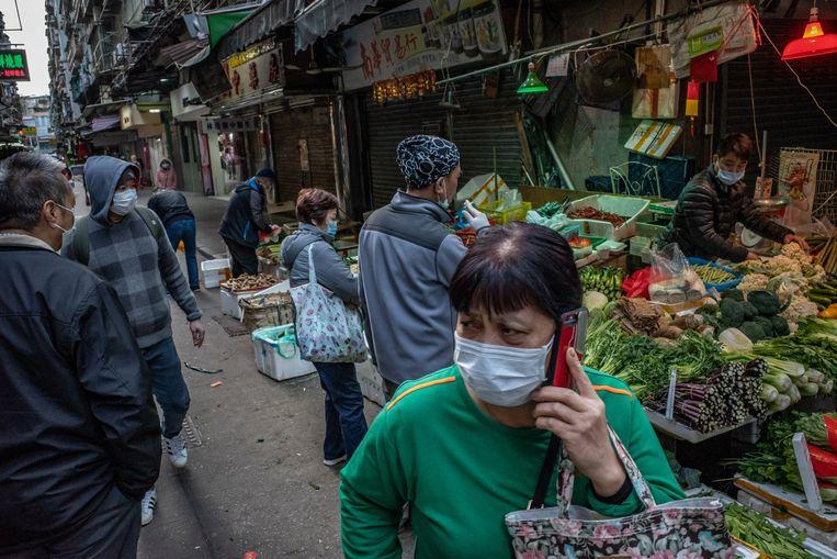 Ook bezoekers van een markt in de voormalige Portugese kolonie Macau, in het zuiden van China, hebben voorzorgsmaatregelen genomen.  Beeld Getty Images