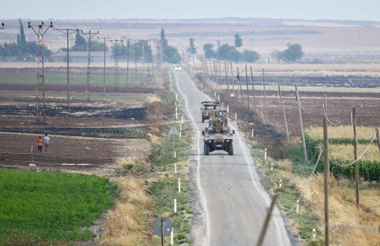 Turkse militaire voertuigen patrouilleren de grens met Syrië. Beeld anp