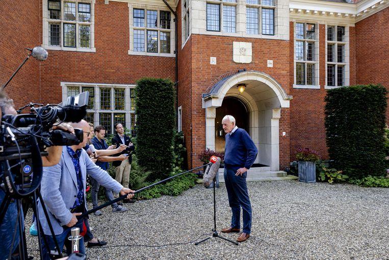 Informateur Johan Remkes in gesprek met de pers op landgoed De Zwaluwenberg over de voortgang van de formatiegesprekken.  Beeld ANP