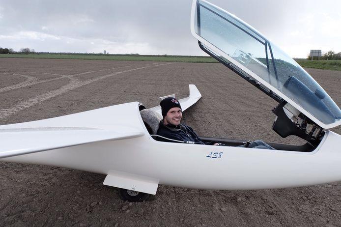 Het zweefvliegtuig maakte een noodlanding in een akker
