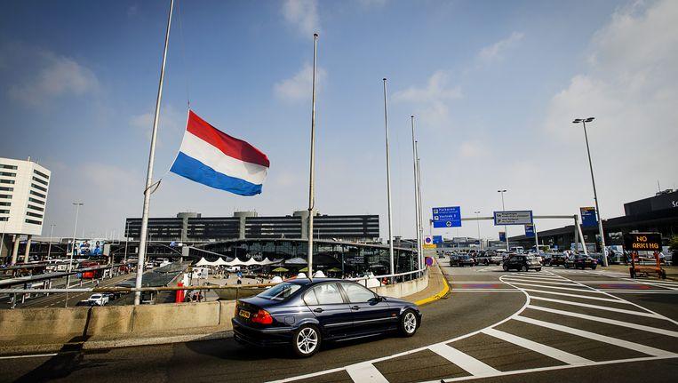 Op Schiphol hangt de vlag halfstok ter herinnering aan de vliegramp MH17. Beeld anp