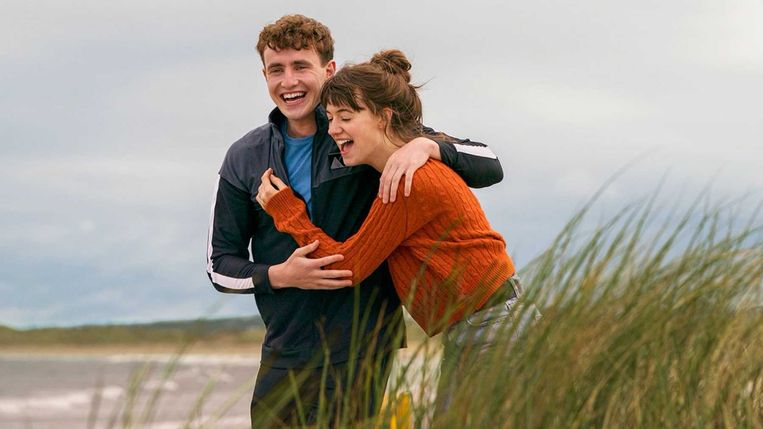 'Normal People' sleept de kijker mee in de meanderende relatie van Marianne (Daisy Edgar-Jones) en Connell (Paul Mescal), eerst op school en later op de universiteit, Beeld rv