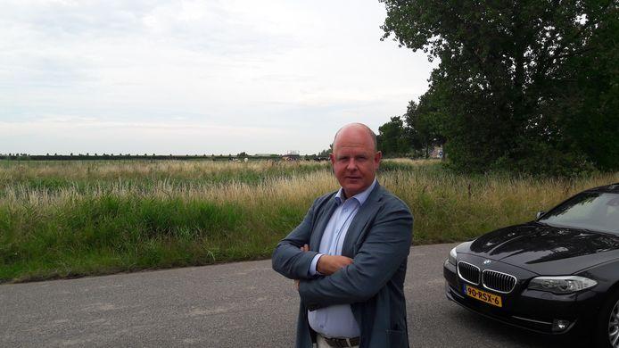 Advocaat Johan van Groningen aan de Steeweg, waar de Gereformeerde Gemeente haar nieuwe kerk wil bouwen. Volgens de raadsman van de bezwaarmakers, kan de kerk het best uitbreiden op de huidige locatie.