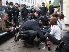 Klimaatactivisten lijmen zich vast bij kantoren CDA, D66 en VVD, zestien personen aangehouden