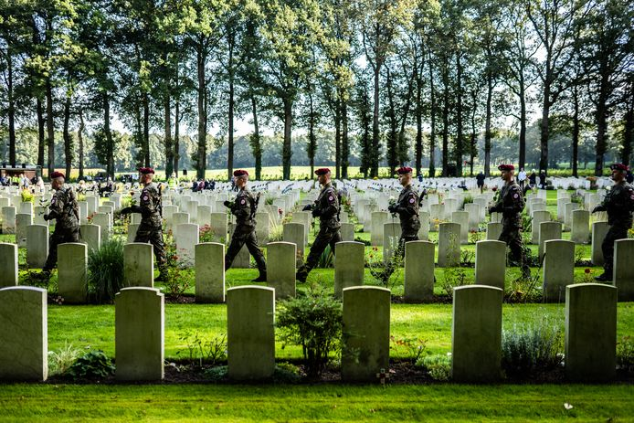 Poolse para's betreden de Airborne Begraafplaats in Oosterbeek.